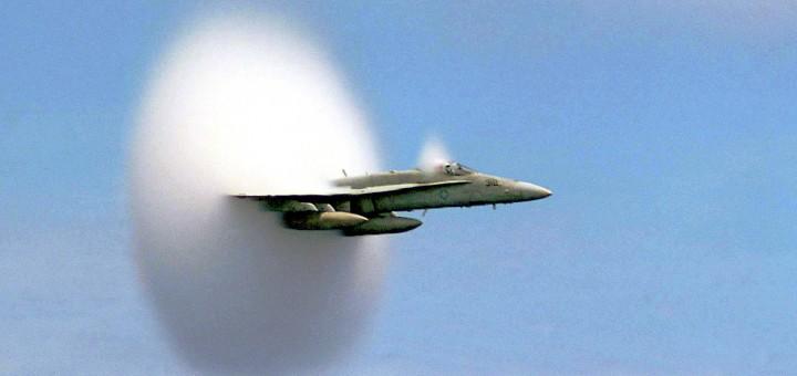 F18 vliegt door geluidsbarriere