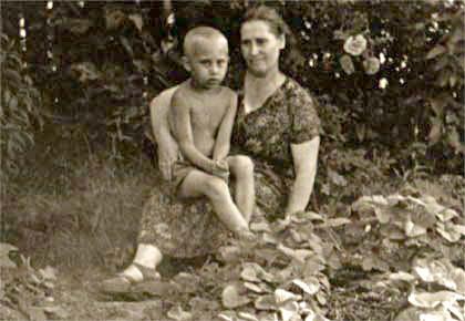 Poetin en zijn moeder in 1958 (Foto: Kremlin.ru)