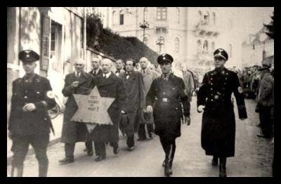 Joden lopen met ster na Kristallnacht